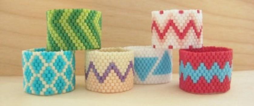 Разноцветные кольца из бисера