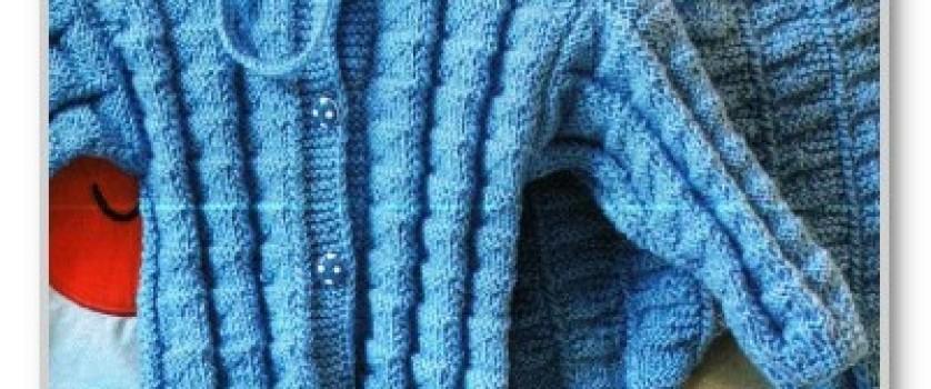 Однотонный комплект с рельефными узорами: пинетки, шапочка, кофточка и штанишки для мальчика 6-12 месяцев
