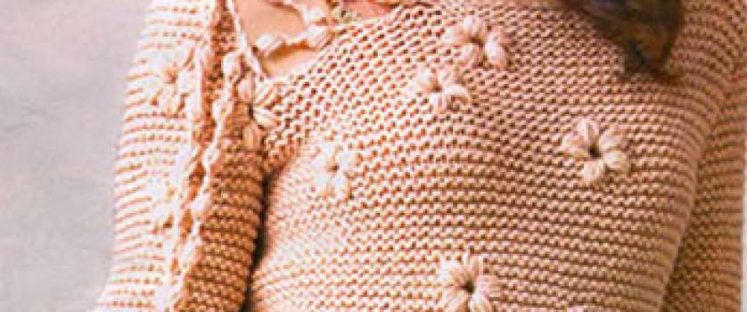 Пуловер с вышитыми цветками